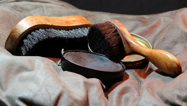 革靴用のブラシは革財布にも使います