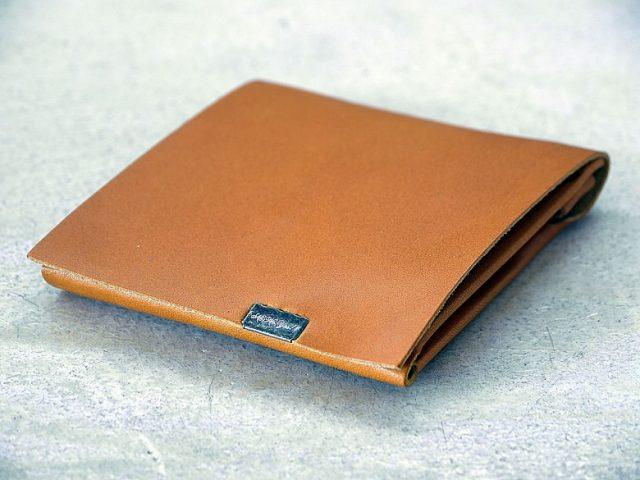 所作の二つ折りし財布