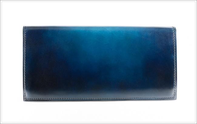 YUHAKUの青いベラトゥーラ技法で作られた長財布