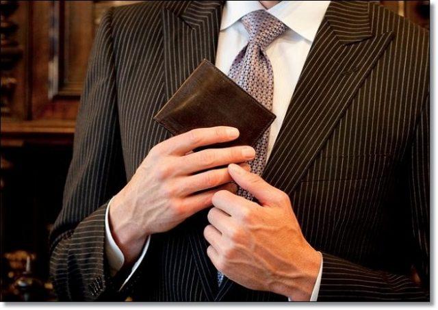 日本製の二つ折り財布はスーツに最高に良く似合う
