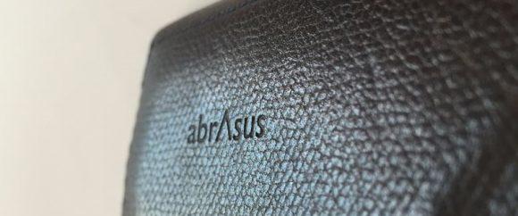 薄い財布のロゴアップ