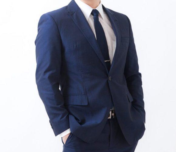 スーツ姿でポケットに手を突っ込むサラリーマン