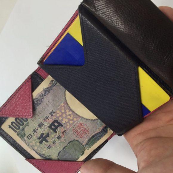 薄い財布に入れたカードとお札