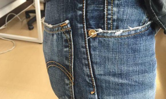 薄い財布をポケットに入れて横から見たところ