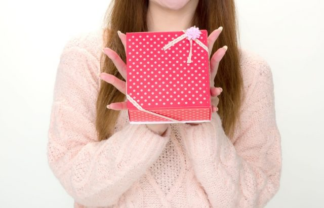 彼氏に嬉しそうにプレゼントを渡す女の子