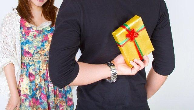 大切な彼女にこっそり買っておいたプレゼントを渡す男の子