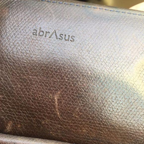 薄い財布の表面