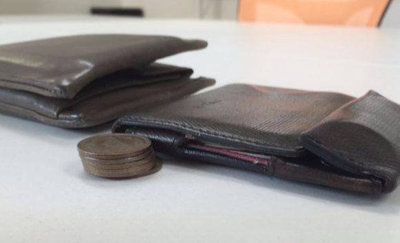 薄い財布と分厚い財布の角度を変えた写真