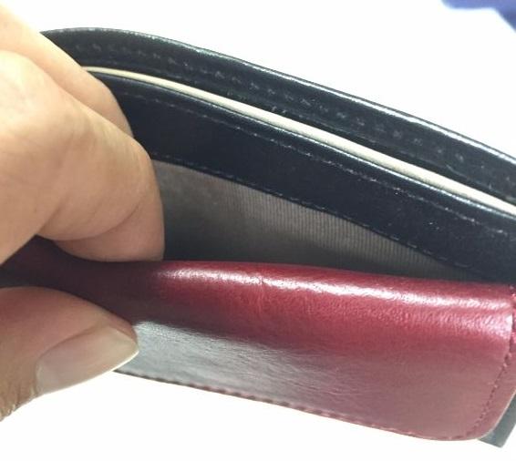 JOGGOの二つ折り財布は小銭入れの後ろにポケットがあるのよ