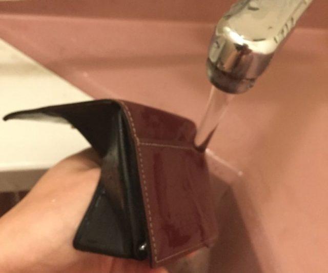 革財布の洗剤を洗い流している図