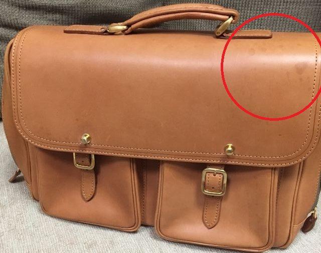 雨ジミのついたヌメ革のバッグ
