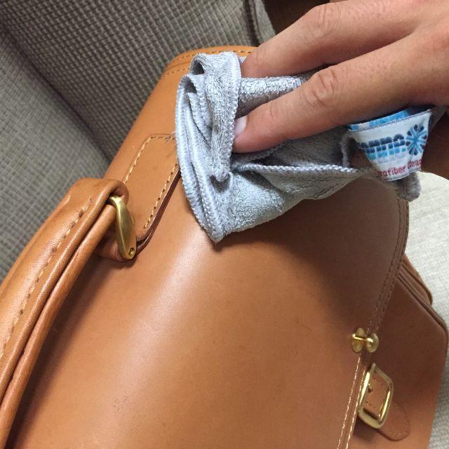 ヌメ革のバッグの雨ジミを濡らして取り除いているところ