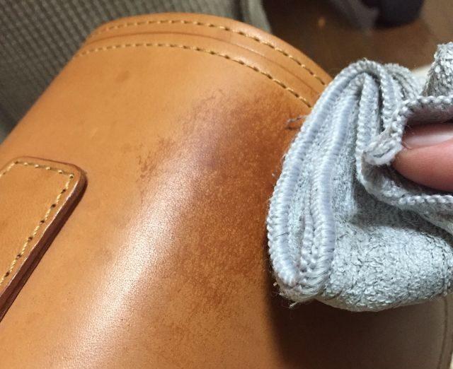ヌメ革のバッグの雨ジミを硬く絞ったウエスで拭いたところ