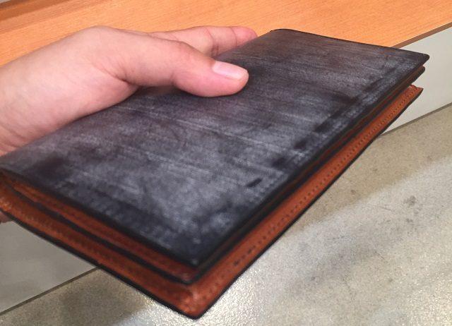 ココマイスターのロンドンブライドル長財布を横から見た画像