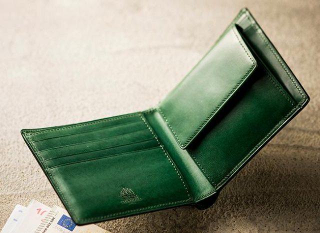 ココマイスターのカジュアルなプルキャラック二つ折り財布
