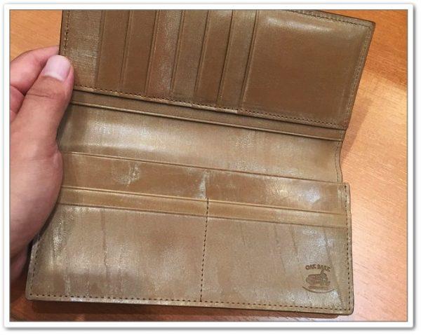 オークバーク長財布を実際に触っているところ