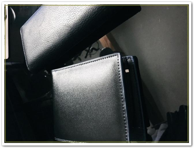5db20bc9a585 最近、僕の周りで二つ折り財布を使っている人が増えてきています。 その中でもお金持ちが二つ折り財布を使っているケースが目立つようになりました。