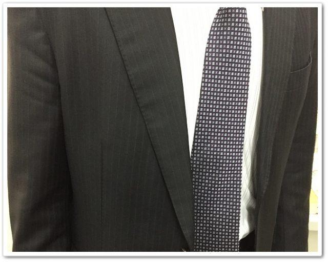 ココマイスターのブライドルグランドウォレットをスーツの胸ポケットに納めたところ