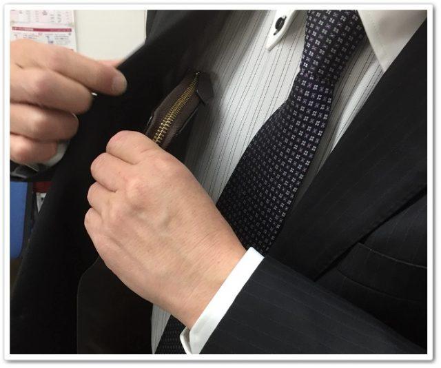 ラウンドファスナーの財布だってスーツの内ポケットに入るよ