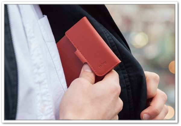 Bellroyのコインフォールドウォレットを胸ポケットに入れているところ