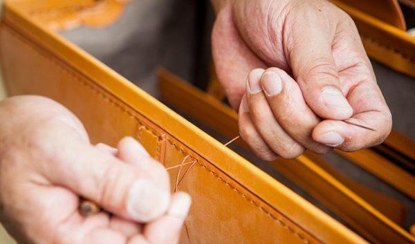 ブライドルレザーを手縫いしている職人
