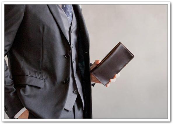 ココマイスターのコードバンラウンドファスナーの長財布を持っているおじさん3