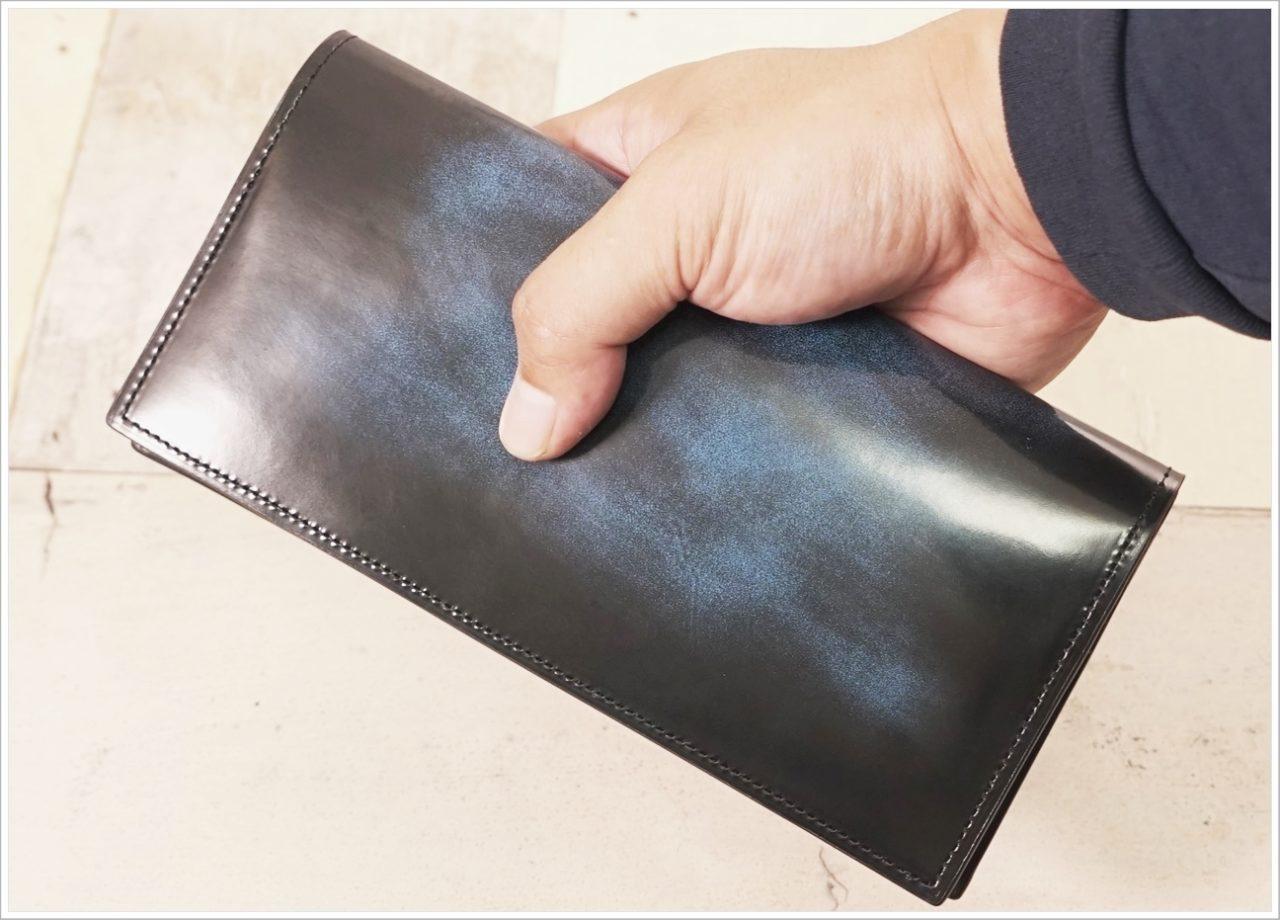 アドバンレザー長財布を手に持ったときの大きさ比較