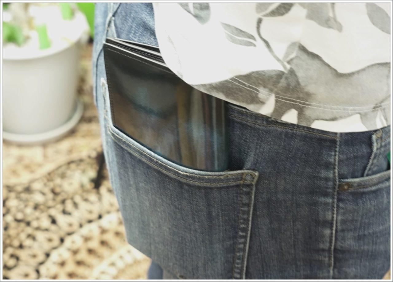 アドバンレザーの長財布をケツポケットに入れてみたときの厚み