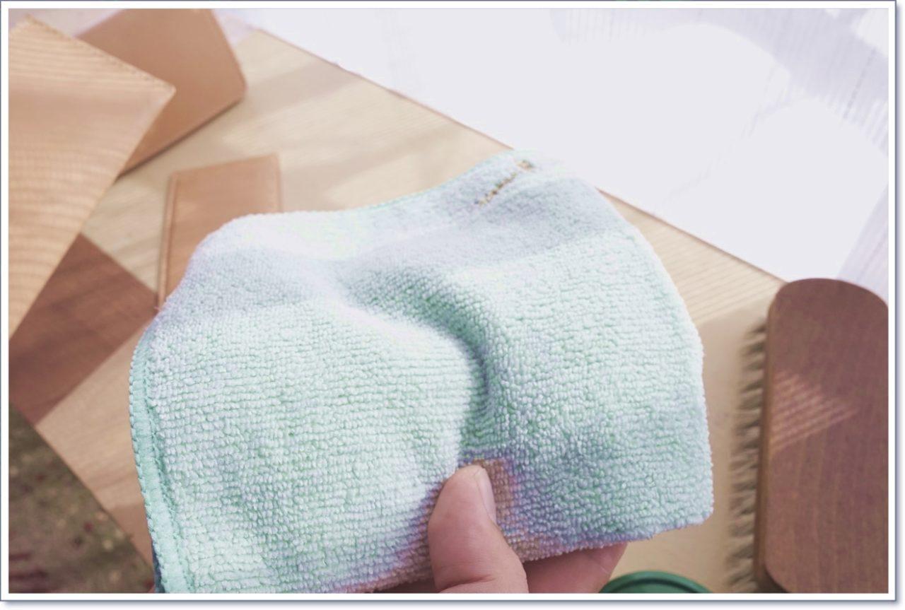 ヌメ革の日焼けに使うクリームを拭き取るウエス