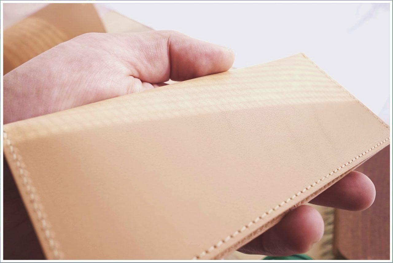 ヌメ革の日焼けに使うクリームを拭き取ってきれいになった財布