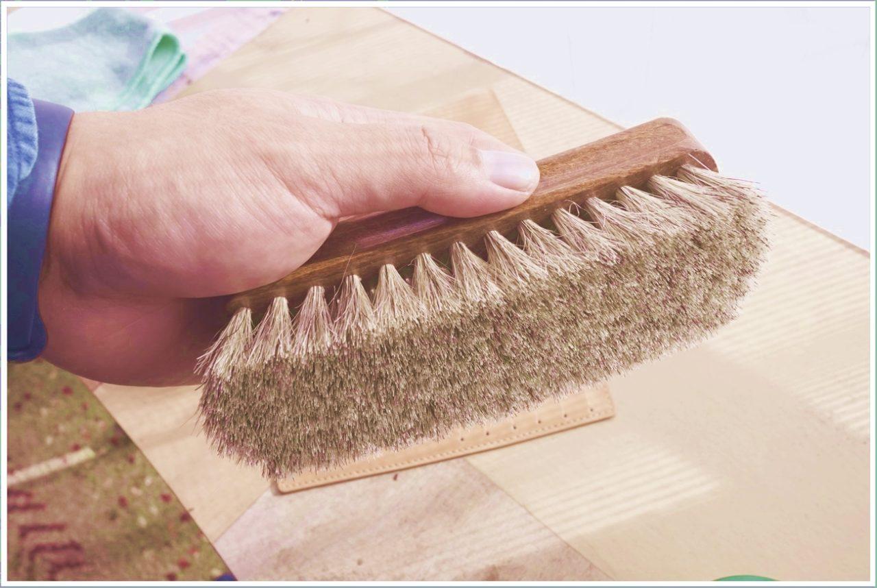 ヌメ革の日焼けに使うクリームをブラシで掻き出していくよ