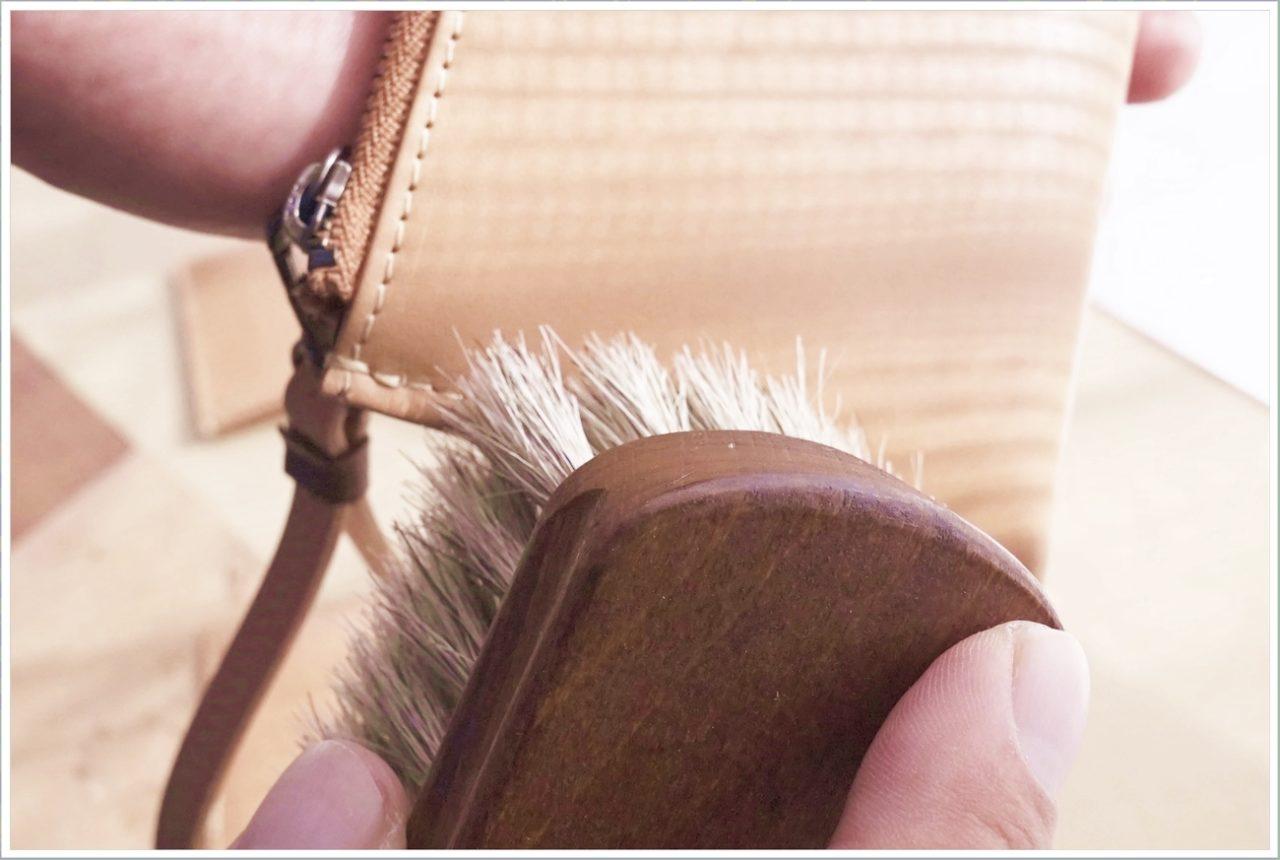 ブラッシングは縫製部分を丁寧に