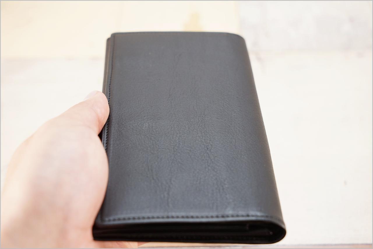 ディアレスト長財布のカブセ束入れN01を縦持ちしたところ
